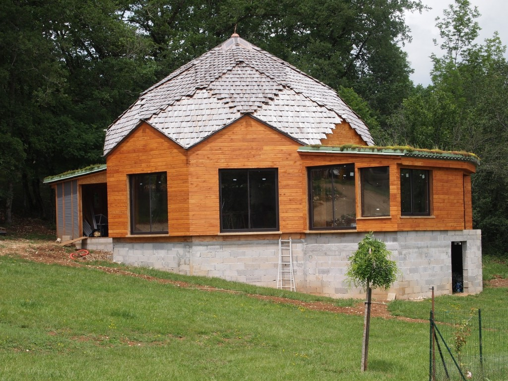 maison octogonale toit végétal